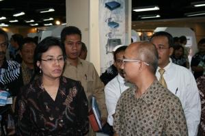 Pak Mervin memberi penjelasan pada Ibu Sri Mulyani